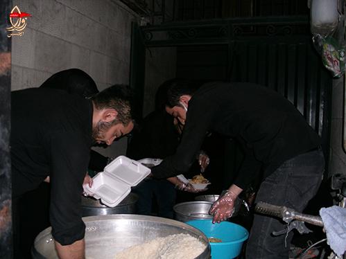 آماده سازی غذا توسط  جوانان هیئت زوارالحسین جهت مراسم احیاء شب 23رمضان هیئت زوارالحسین